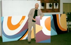 het maken van het enorme schilderij, kunstenaar Remco de Kluizenaar bij een van de panelen van het 21 meter lange kunstwerk