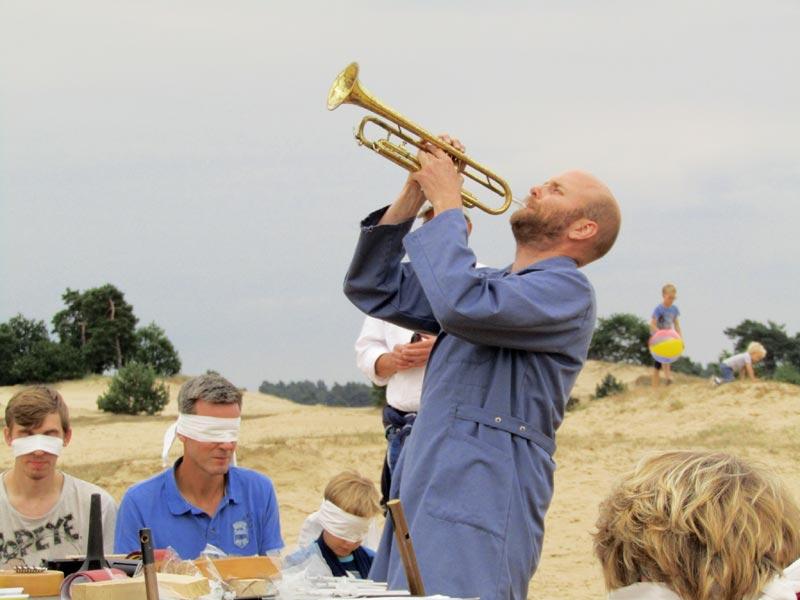 """Remco de Kluizenaar in geblinddoekte klank performance """"Oorkest"""" door zijn kunstenaarscollectief Waterlanders"""